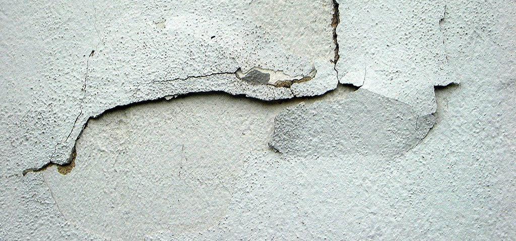 Grietas en la pared: ¿qué debes hacer?